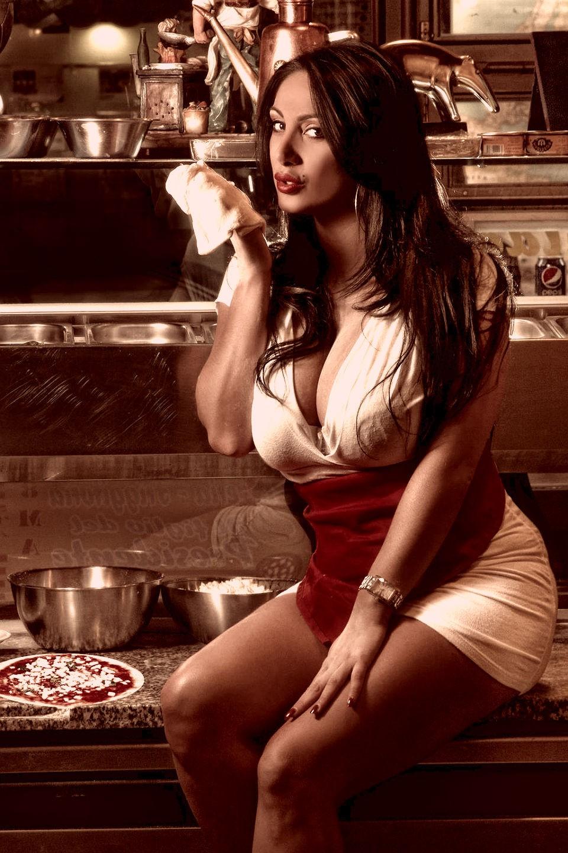 Người đẹp thích khoe ngực, Marika Fruscio.