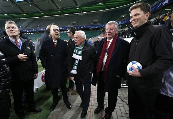 Sir Alex Ferguson và Sir Bobby Charlton bị giữ lại sân