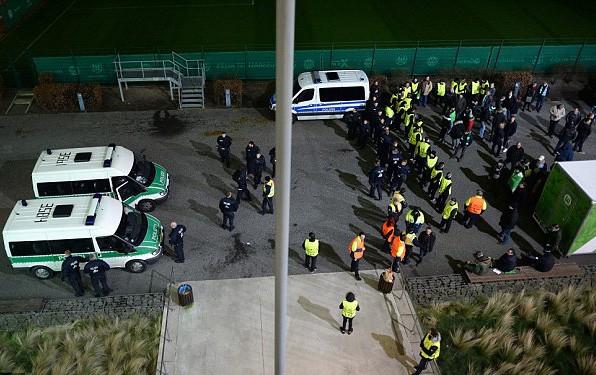 Cảnh sát phát hiện gói hàng khả nghi ở bãi đậu xe.