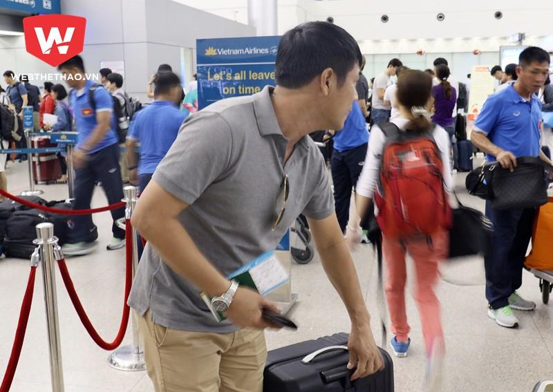 HLV Hữu Thắng kéo hành lý. Ảnh: Văn Nhân