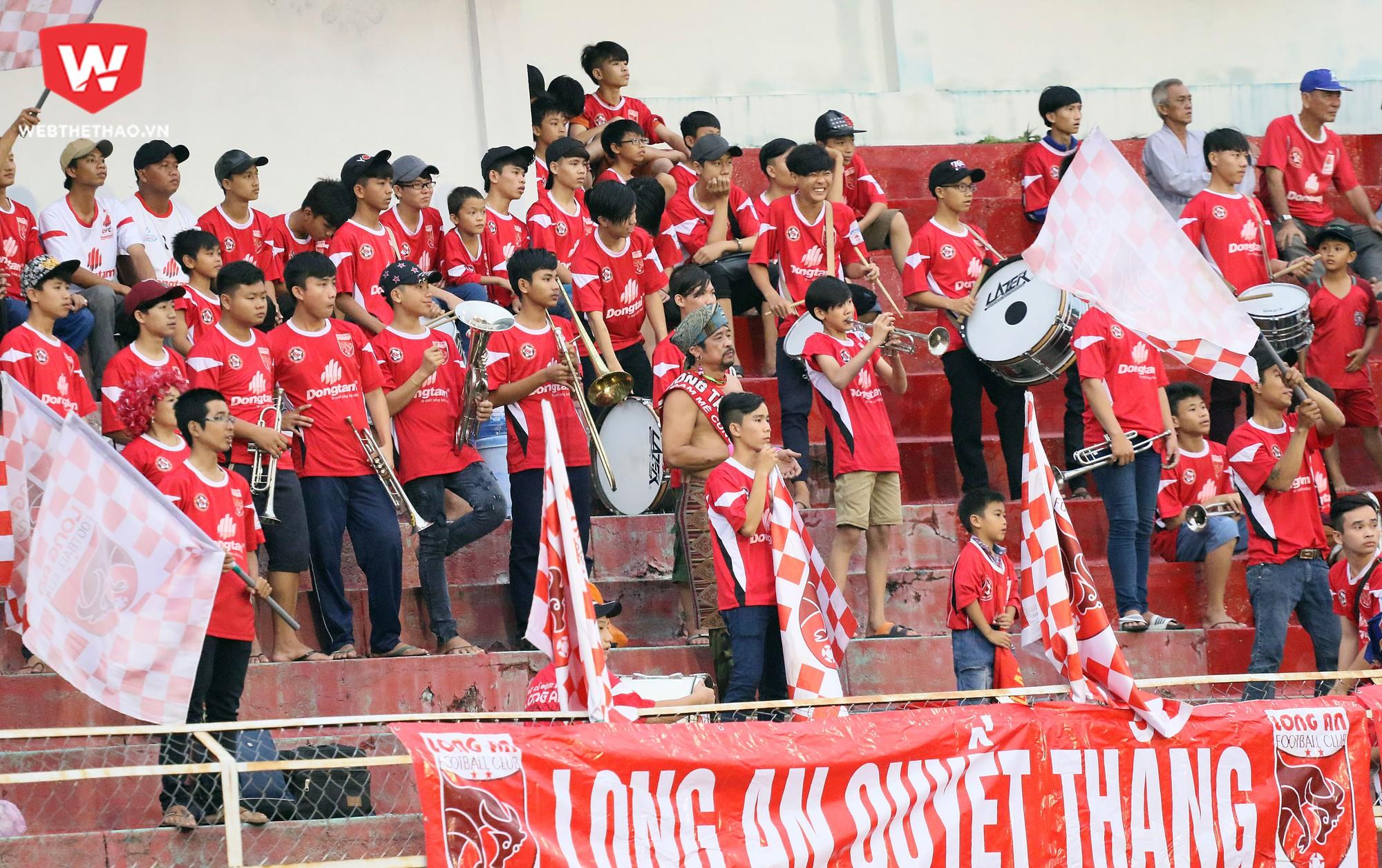 Khán giả Long An đang lo lắng cho số phận của đội nhà ở V.League 2017. Ảnh: Văn Nhân