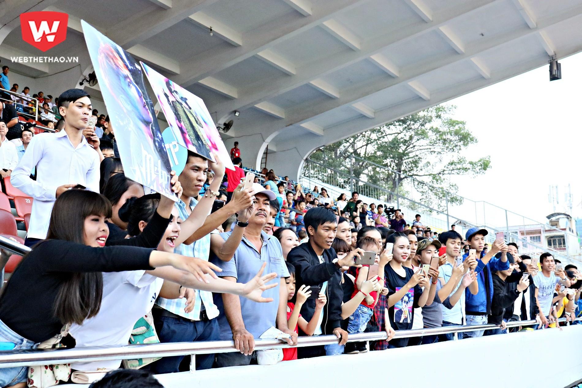 Hiệu ứng lớn từ khán đài với sự sôi động từ các fan cuồng Sơn Tùng MTP. Ảnh: Văn Nhân