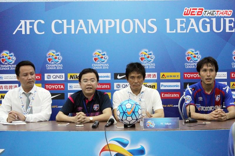 HLV Jofuku Hiroshi vui mừng về chiến thắng trước B.Bình Dương. Ảnh: VĂN NHÂN