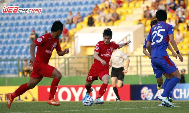 Công Vinh đã 2 lần đưa bóng chạm cột dọc và xà ngang của Tokyo FC. Ảnh: ANH KHOA