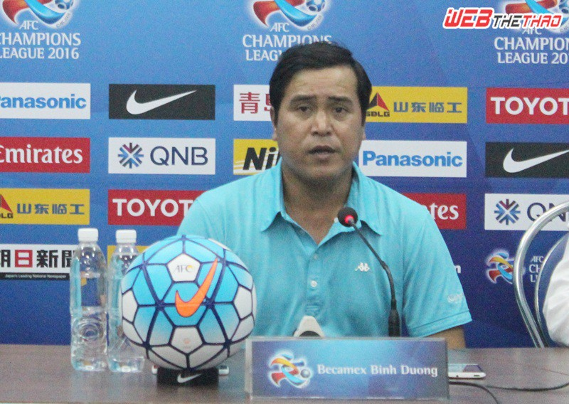 HLV Nguyễn Thanh Sơn bày tỏ sự tiếc nuối sau trận đấu. Ảnh: VĂN NHÂN