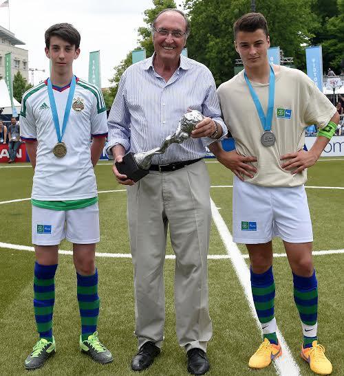 Ngài Ramon Pont, phó chủ tịch CLB Barcelona nhận chiếc cúp đầu tiên năm 2015.