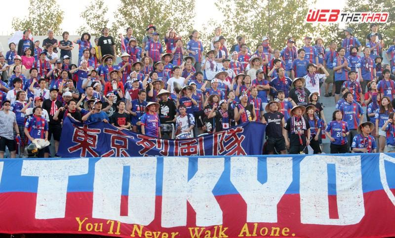 CĐV Tokyo đã mang đến một màu sắc rất đặc biệt trên sân Gò Đậu. Ảnh: VĂN NHÂN