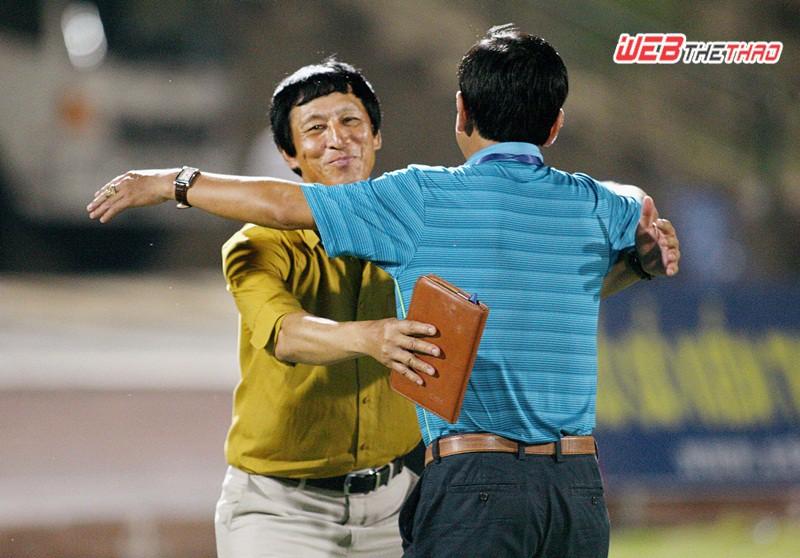 Ông Bảo ''khoằm'' và Chủ tịch Trần Minh Tâm sung sướng ăn mừng chiến thắng trước FLC Thanh Hóa. Ảnh: Dương Thu
