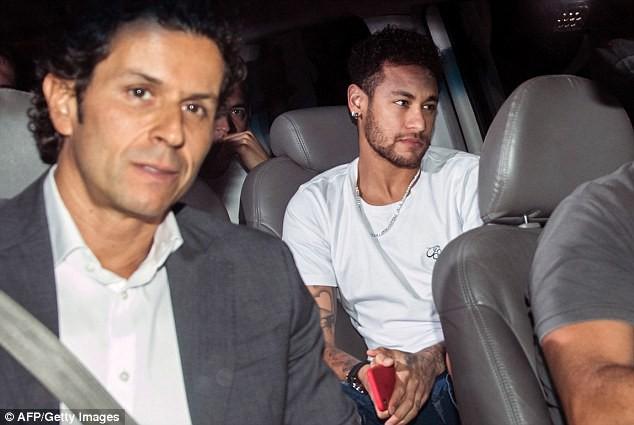 Hình ảnh: Neymar đến bệnh viện cùng người thân