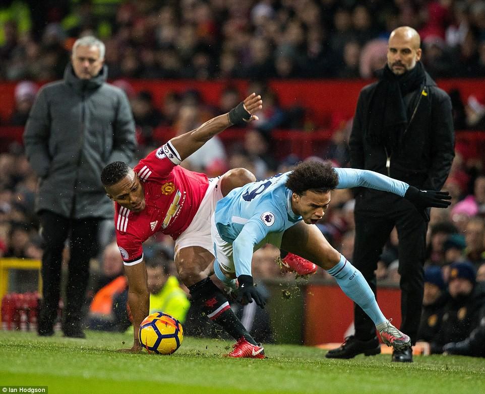 Hình ảnh: Mourinho và MU đang bị kình địch cùng thành phố dẫn 13 điểm