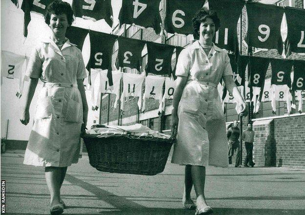 Hình ảnh: Những người thân của Ramsden làm công việc giặt là ở sân Old Trafford hơn 60 năm trước