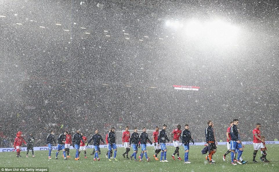 hình ảnh: Mourinho đã gạt Sanchez khỏi đội hình khi MU chiến đấu với Brighton trong đêm tuyết