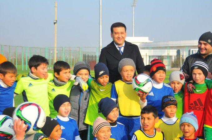 Hình ảnh: Chủ tịch UFF Ahmadjonov với các cầu thủ nhí của bóng đá Uzbekistan