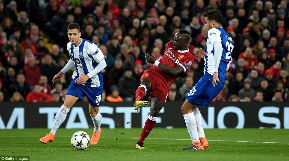 hình ảnh: Chỉ có cột dọc mới ngăn được Mane ghi bàn vào lưới Porto rạng sáng nay