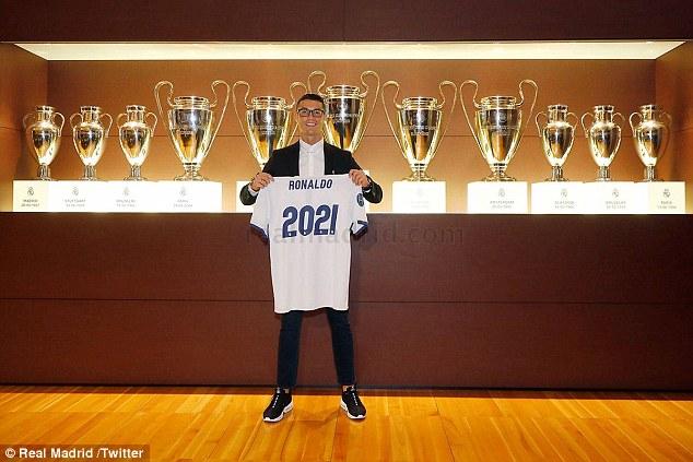 Hình ảnh: Ronaldo có thể gia hạn ''tượng trưng'' 1 năm để hợp thức hóa việc tăng lương tới đây?