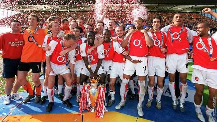 Hình ảnh: Arsenal đã bất bại ở mùa 2003/04 sau sự sụp đổ của MU sau Noel