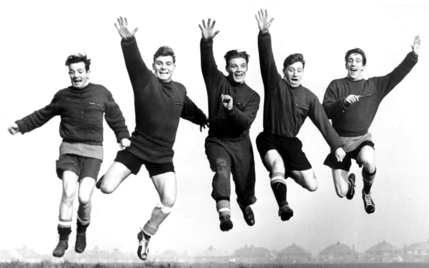 Hình ảnh: Johnny Berry, Duncan Edwards, Mark Jones, Roger Byrne và Dennis Viollet vui vẻ trong một buổi tập