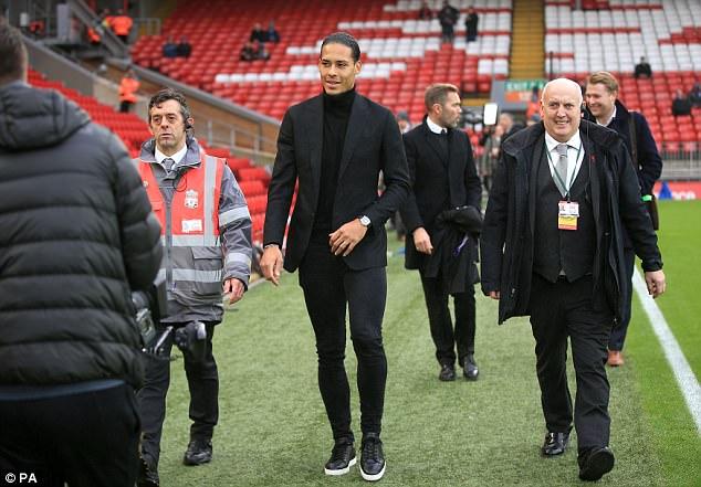 Hình ảnh: Hậu vệ đắt giá nhất thế giới Van Dijk dự khán đồng đội mới thi đấu ở Anfield