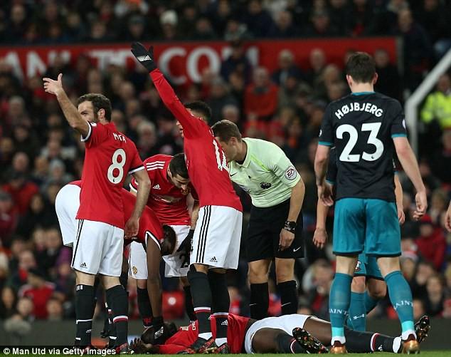 Hình ảnh: Các cầu thủ MU ra dấu cho bộ phận y tế vào hỗ trợ khẩn cấp khi Lukaku choáng váng