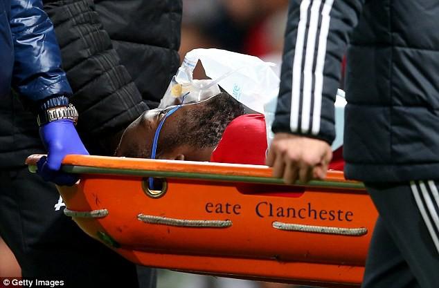 Hình ảnh: Lukaku sau đó phải đeo mặt nạ dưỡng khí và rời sân bằng cáng