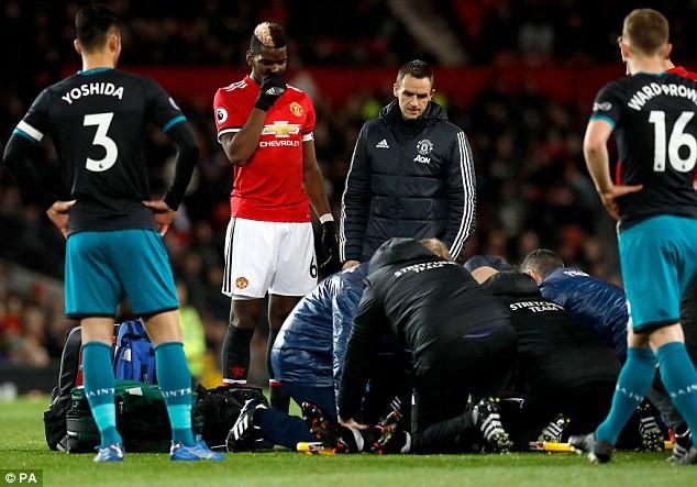 Hình ảnh: Pogba lo lắng nhìn bác sỹ điều trị cho bạn thân Lukaku