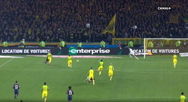 Hình ảnh: Trọng tài bị ngã vì vô tình va vào hậu vệ Nantes
