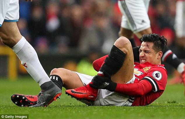 Hình ảnh: Sanchez là cầu thủ bị ''tra tấn'' nhiều nhất trong một trận mùa này với 7 lần bị phạm lỗi trước Huddersfield