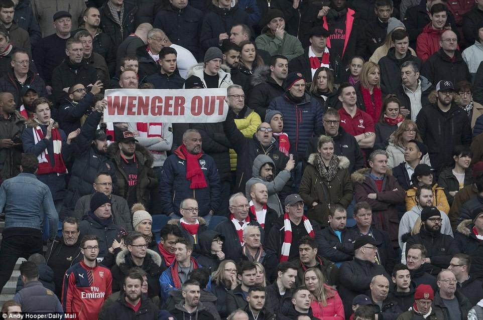 hình ảnh: CĐV Arsenal đòi sa thải Wenger tức khắc
