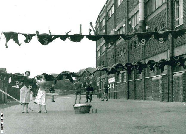 Hình ảnh: Trang phục thi đấu của Man United được giặt và phơi ngay bên ngoài sân Old Trafford