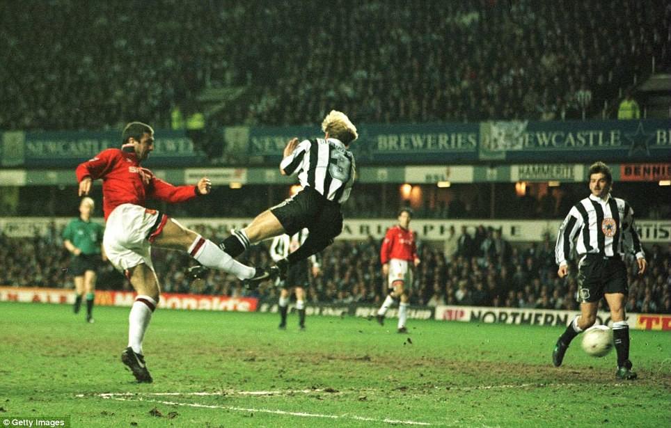 Hình ảnh: ...nhưng rốt cuộc đã gục ngã trước MU của Cantona và Sir Alex trong cuộc đua tới ngôi vô địch
