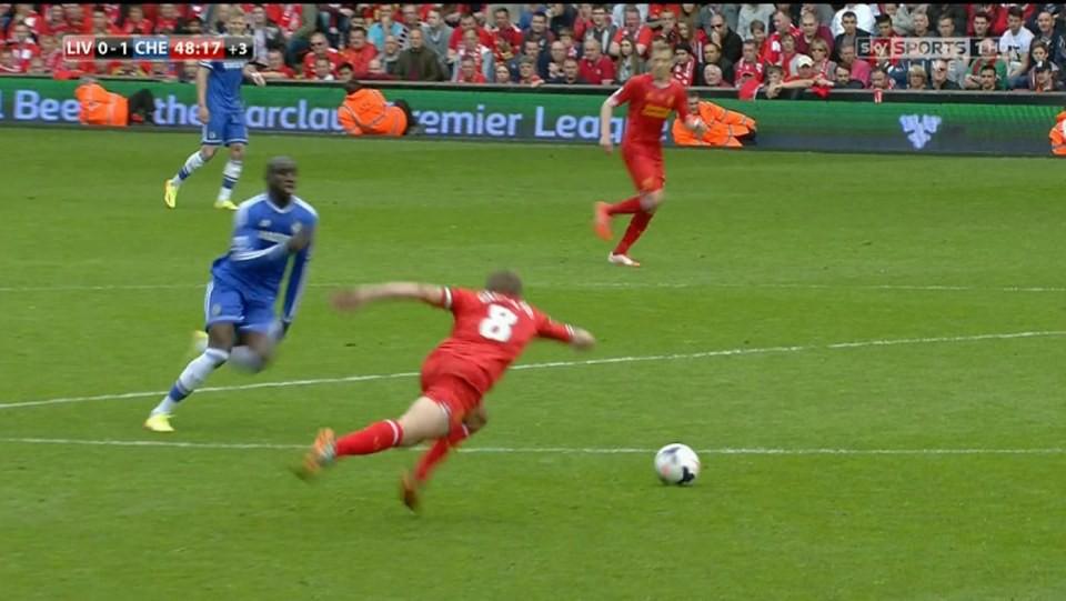 Hình ảnh: Pha trượt chân thế kỷ của Gerrard khiến Liverpool thua Chelsea và mất chức VĐ chung cuộc dù từng dẫn đầu EPL lúc Giáng sinh 2013