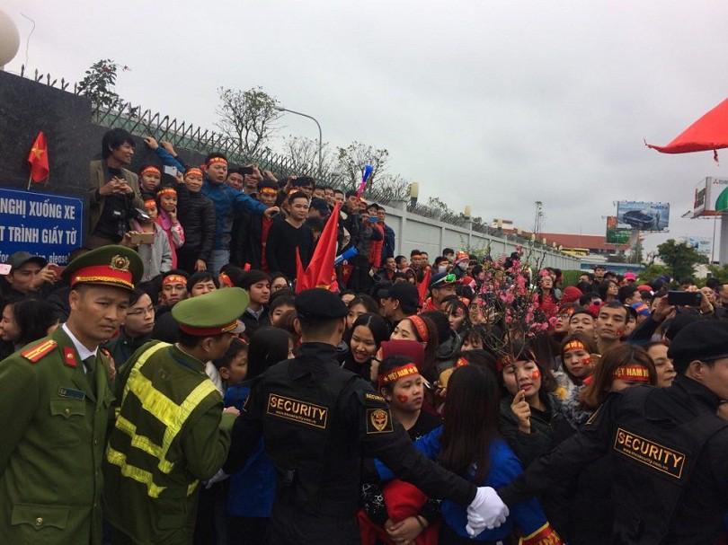 Hình ảnh: Rất đông các CĐV đang có mặt tại tại SVĐ Nội Bài ngay lúc này.