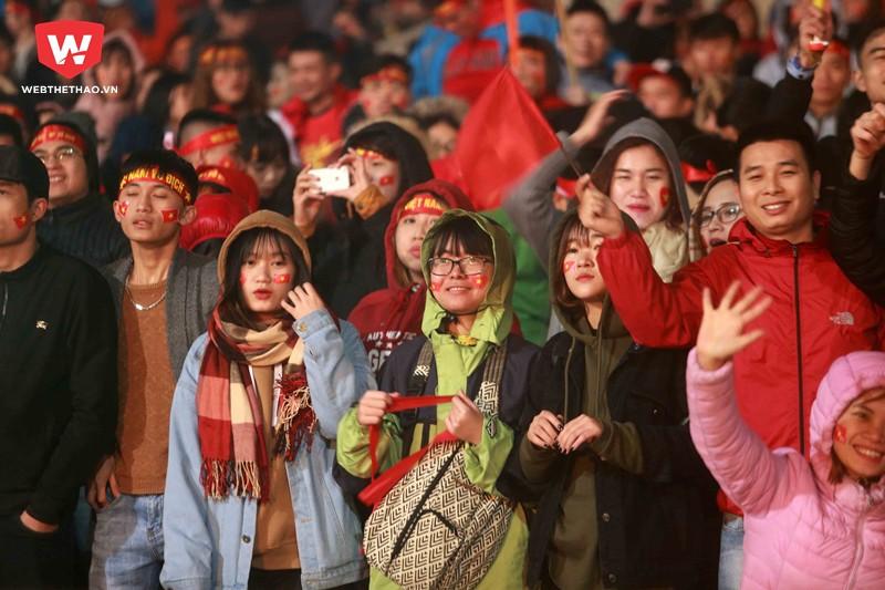 Hình ảnh: Cái rét, cái lạnh chỉ là chuyện nhỏ so với niềm hạnh phúc tột cùng khi các CĐV được nhìn thấy những ''người hùng'' U23 Việt Nam đứng trên đỉnh cao.