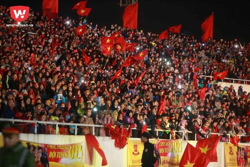 Hình ảnh: SVĐ Mỹ Đình trở nên quá nhỏ bé so với số lượng các CĐV đã đội mưa, đội rét đến vinh danh các cầu thủ U23 Việt Nam.