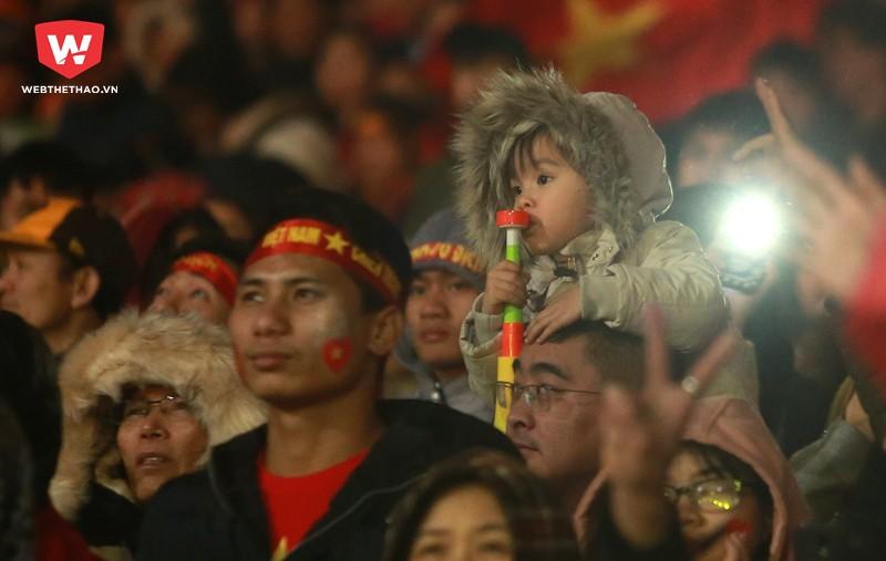Hình ảnh: Thậm chí, các CĐV nhí còn cảm thấy vô cùng thích thú khi được tham dự một trong những buổi vinh danh được đi vào lịch sử bóng đá nước nhà.