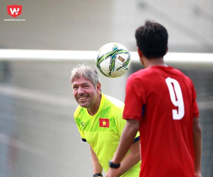 Hình ảnh: Vị GĐKT 61 tuổi tỏ ra lạc quan với tương lai của bóng đá Việt Nam.