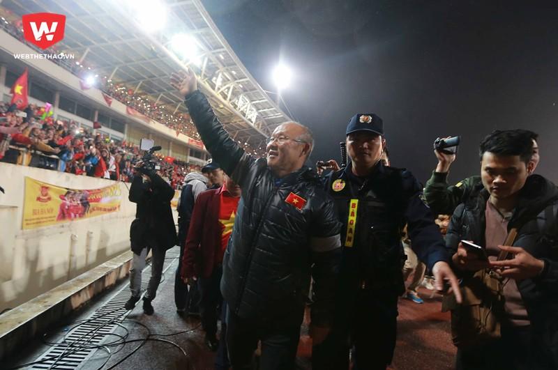 Hình ảnh: HLV Park Hang Seo dẫn đầu đội U23 Việt Nam, vẫy tay chào và cảm ơn những NHM luôn đồng hành cùng đội trong suốt thời gian qua.