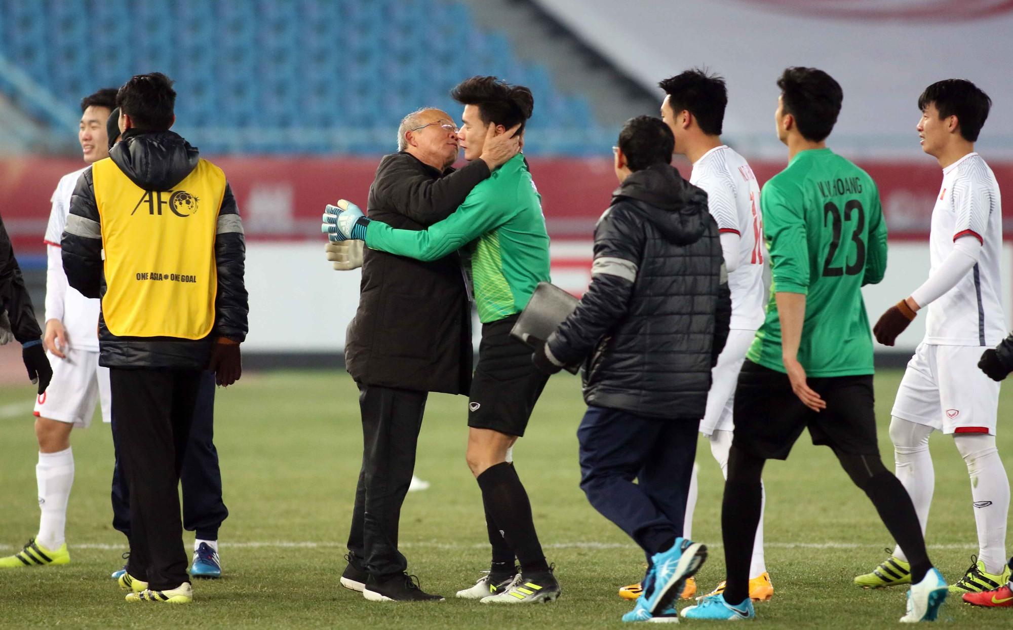 Hình ảnh:Ông Park Hang Seo hôn má thủ môn Tiến Dũng sau trận đấu với U23 Qatar.
