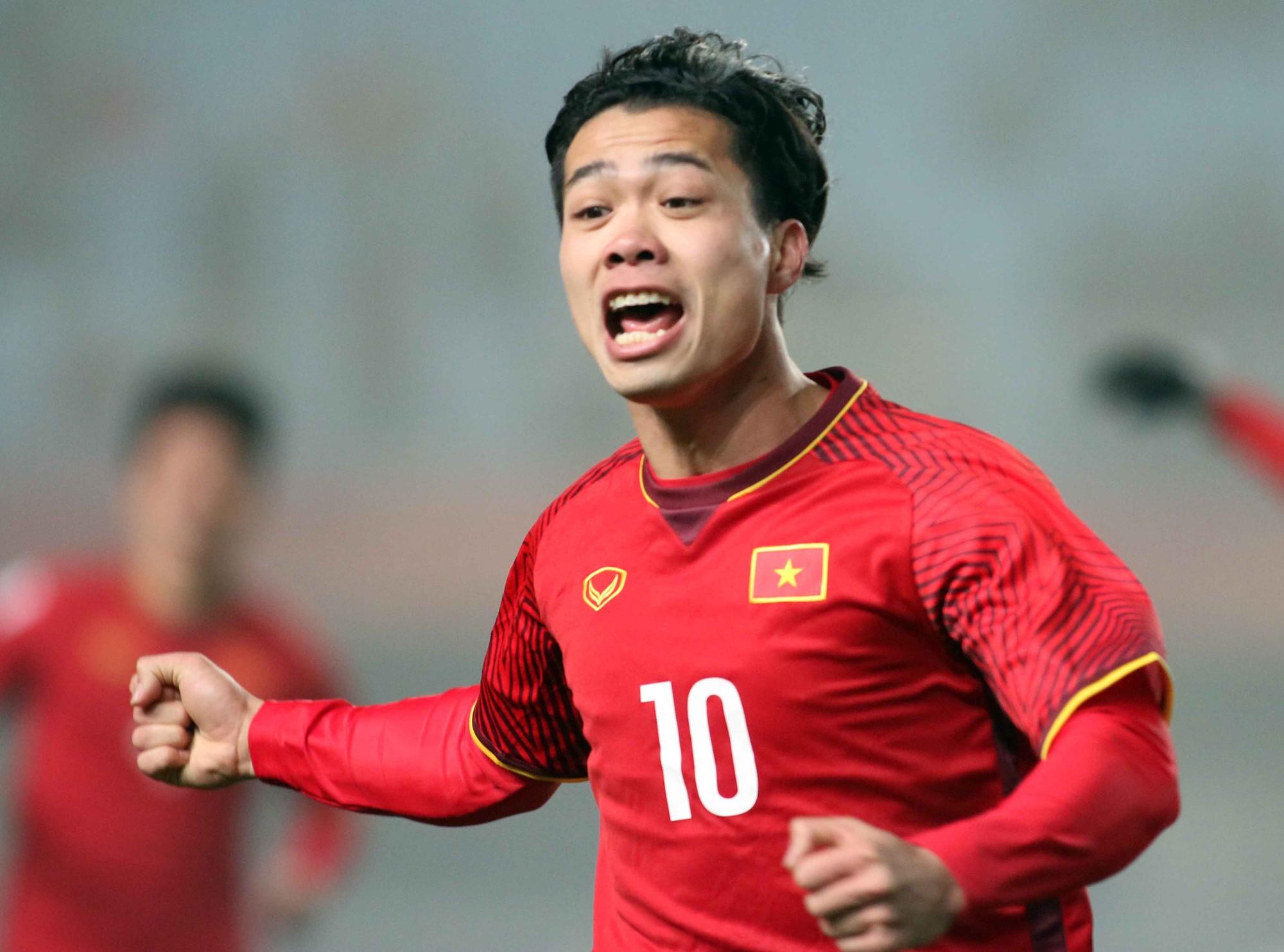 Hình ảnh: Công Phượng đang phải hy sinh vì lối chơi chung của U23 Việt Nam.