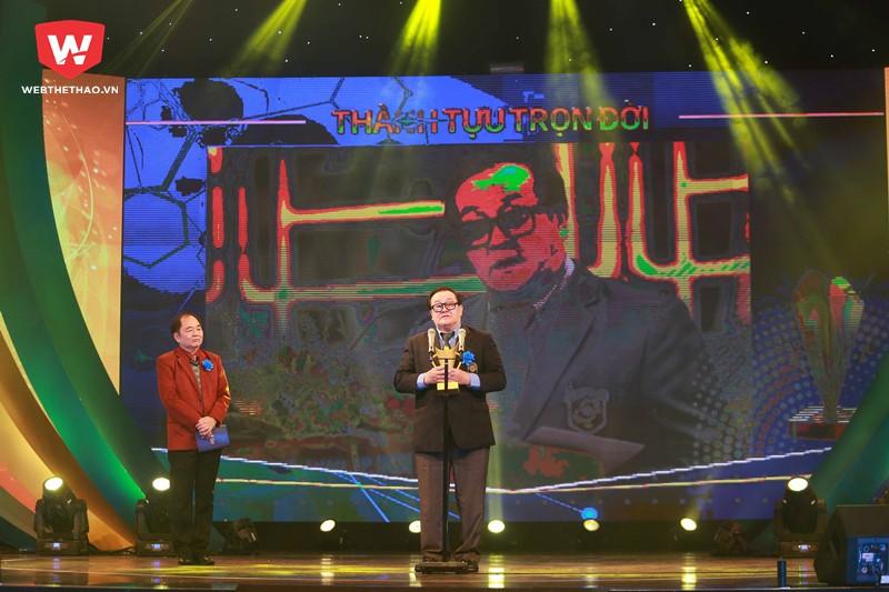 Hình ảnh: Ông Hoàng Vĩnh Giang là chủ nhân của hạng mục Thành tựu cống hiến trọn đời - Cúp chiến thắng 2017.
