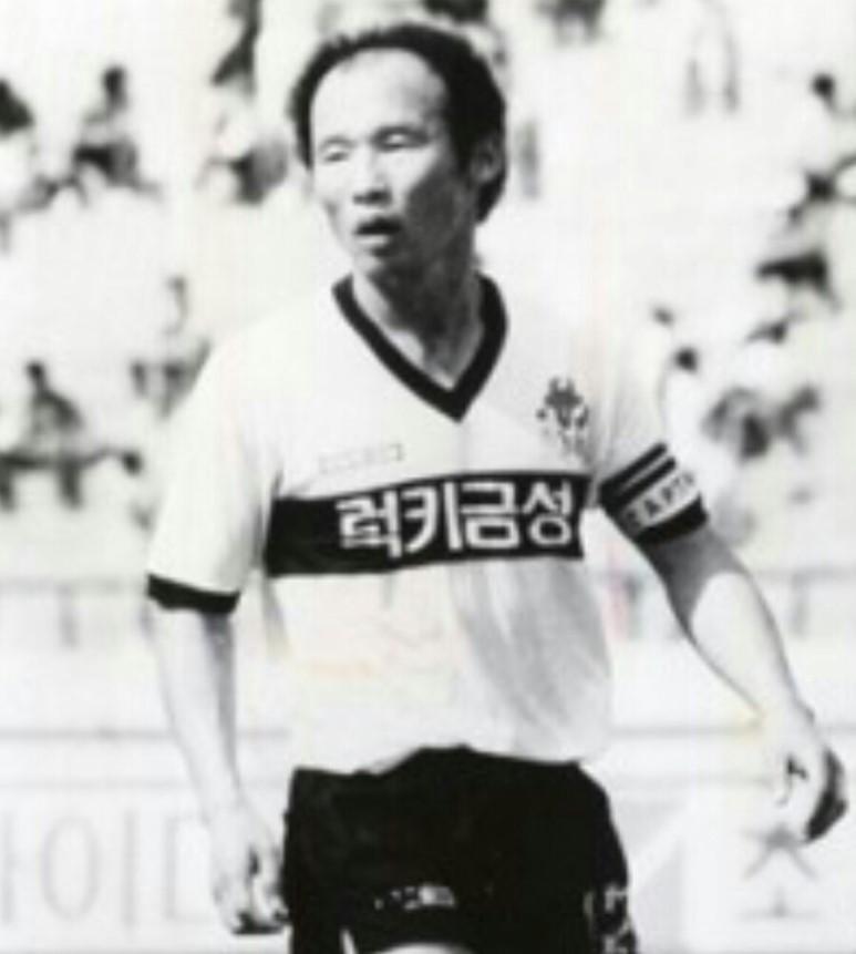Hình ảnh: Ông Park Hang Seo luôn mặc áo số 12 khi còn là cầu thủ.