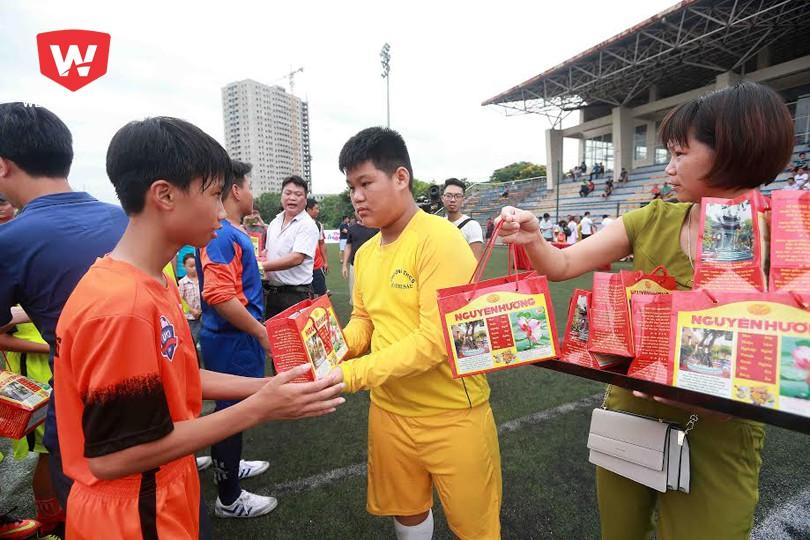 Thủ môn Đình Thông và mẹ tặng bánh đậu xanh cho các cầu thủ. Ảnh: Hải Đăng.