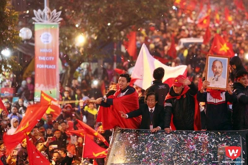 Mặc dù thiđấu cả ngày hôm qua trong giá rét nhưng các cầu thủ U23 Việt Nam vẫn đủ sức đứng vững để chia vui với NHM suốt 4 tiếng đồ và chuẩn bị cho Gala mừng công tại sân Mỹ Đình. Ảnh: Minh Tú.