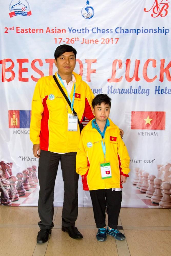 HLV Nguyễn Minh Tuấn cùng Gia Phúc tham dự Giải trẻ cờ vua Đông Á.