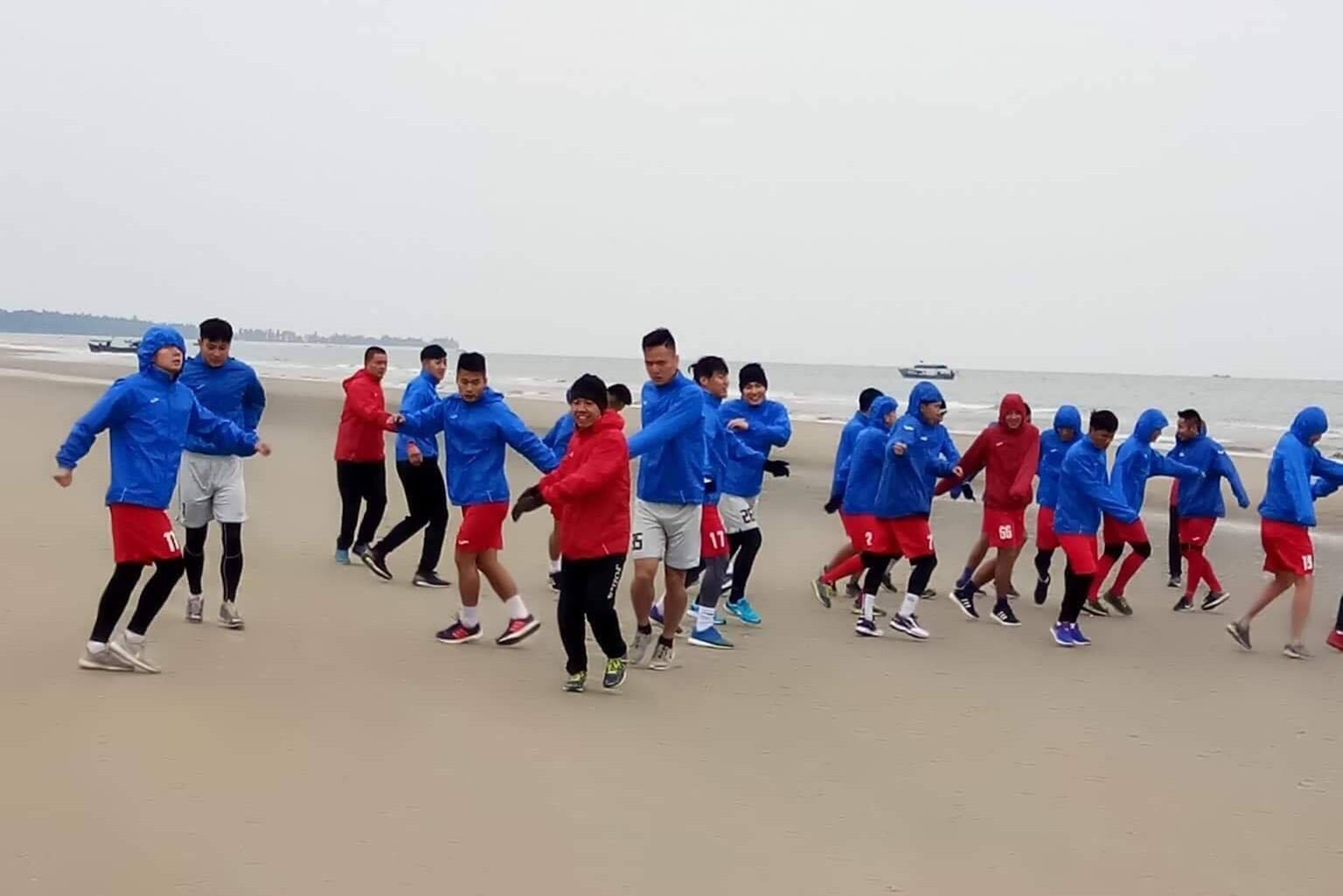 Cầu thủ Than Quảng Ninh kéo nhau ra biển tập luyện bất chấp cái lạnh dưới 10 độ ở miền Bắc. Ảnh: Webthethao