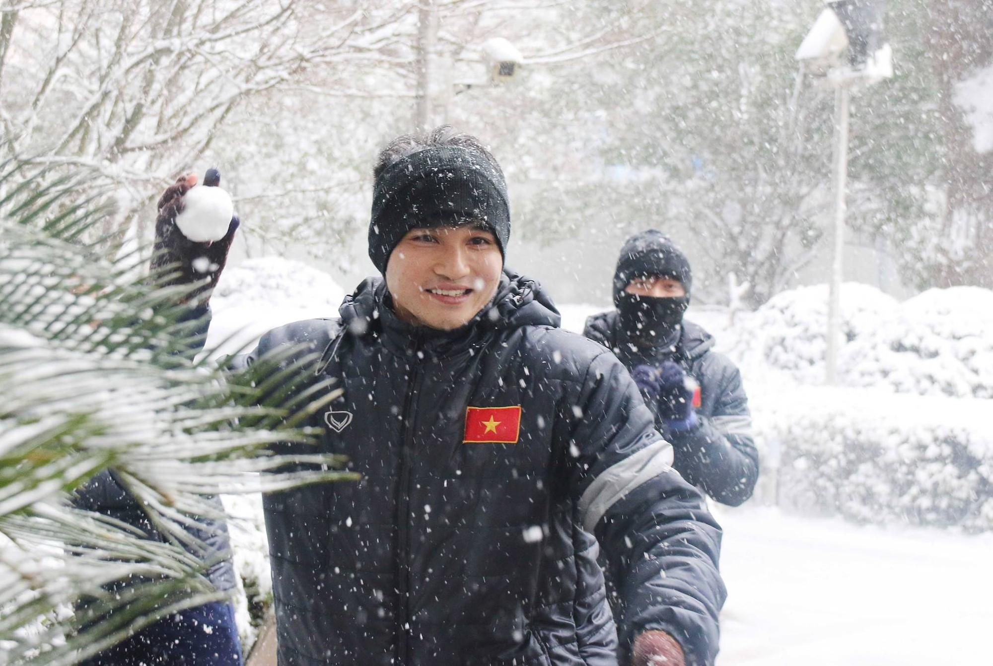 Phút đùa nghịch của trung vệ Lê Văn Đại với các đồng đội. Ảnh: VFF.