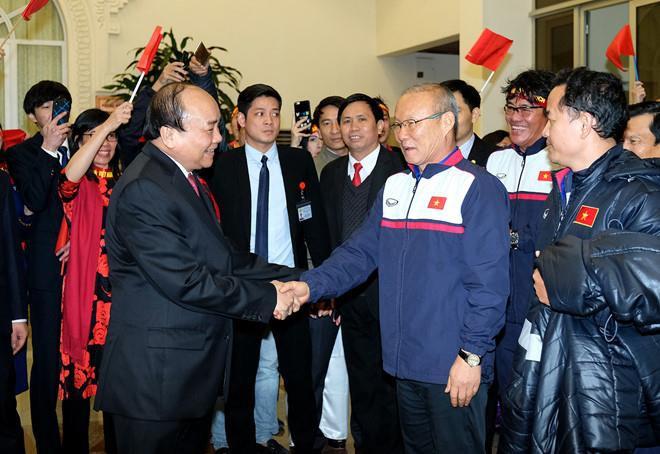 HLV Park Hang Seo (phải) bắt tay Thủ tướng Nguyễn Xuân Phúc tại Văn phòng chính phủ. Ảnh: VGS.uang Hải và đồng đội ăn mừng sung sướng sau tuyệt phẩm vào lưới U23 Hàn Quốc. Ảnh: AFC.