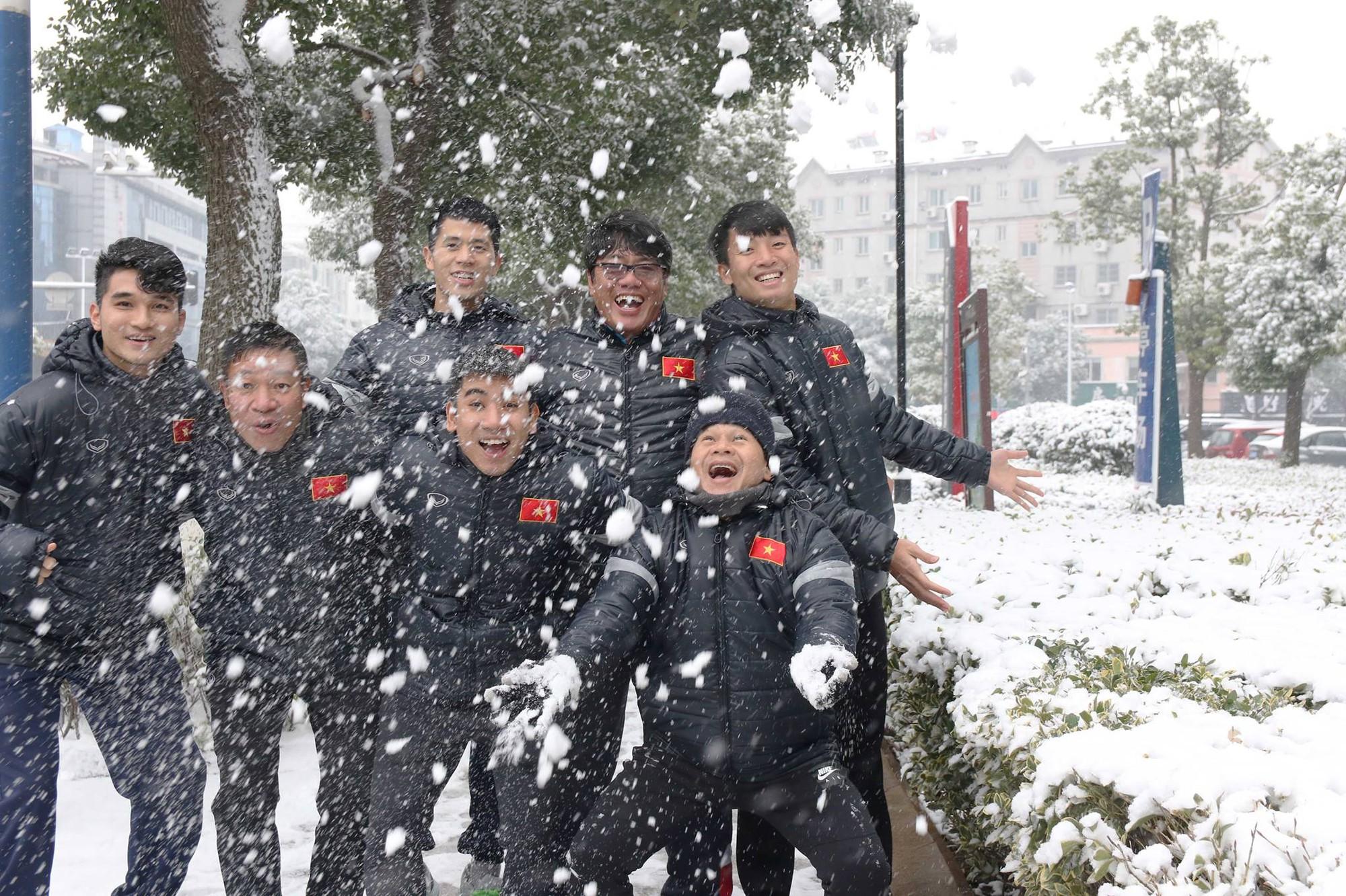 Có thể nói chuyến du ngoạn tuyết này là liệu pháp tinh thần cực kỳ tốt mà HLV Park Hang Seo dành cho các học trò cũng như thành viên ban huấn luyện, đặc biệt là sau những gì họ đã căng thẳng trải qua ở VCK U23 châu Á 2018. Ảnh: VFF.