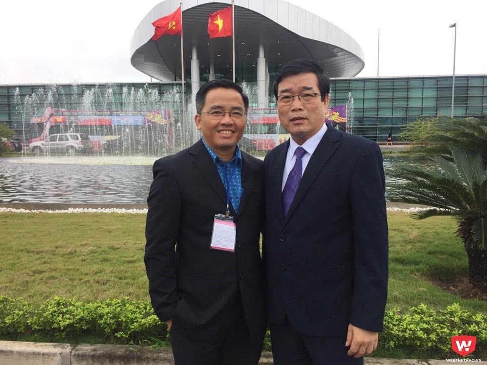 Hai người thân thiết của tiền vệ Lương Xuân Trường đang có mặt tại sân bay Nội Bài. Ảnh: Hải Đăng.