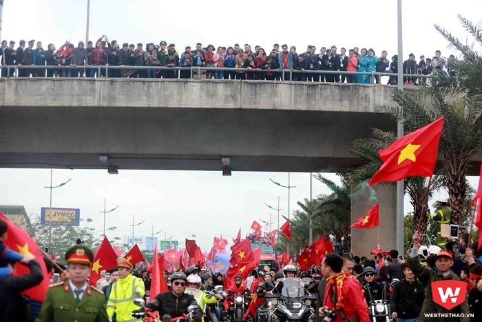 Người dân đứng trên cầu và tràn xuống đường khi xe diễu hành của U23 Việt Nam vừa vượt qua cầu Nhật Tân hướng về trung tâm thủ đô. Ảnh: Hải Đăng.